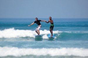 Aprender surf en la playa de seminyak